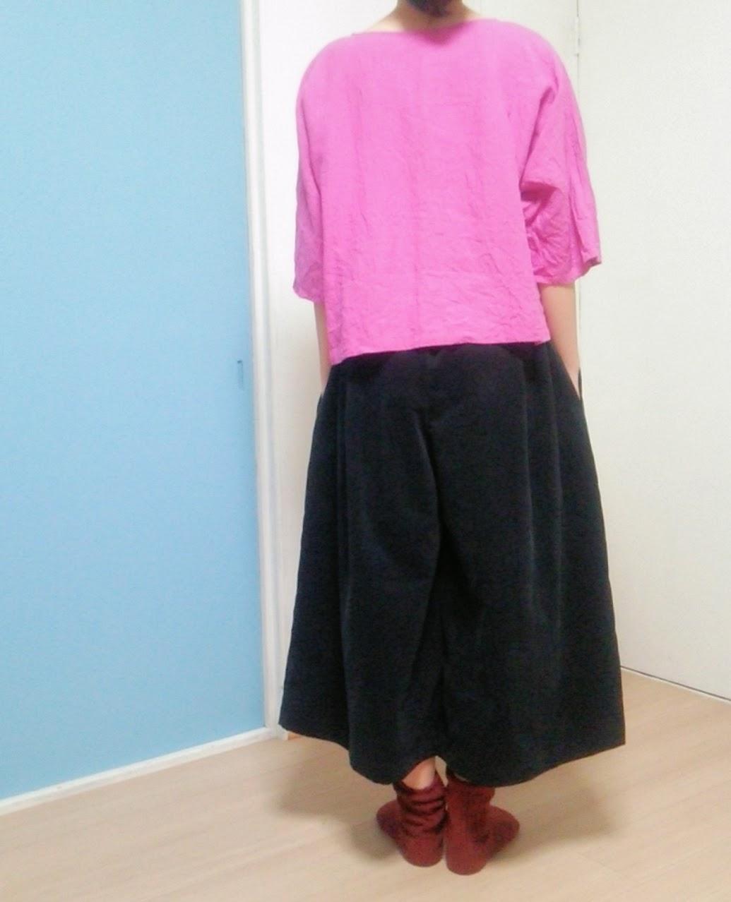 大人の女子旅にもぴったり。真っ黒なコーデュロイでキュロットスカート。
