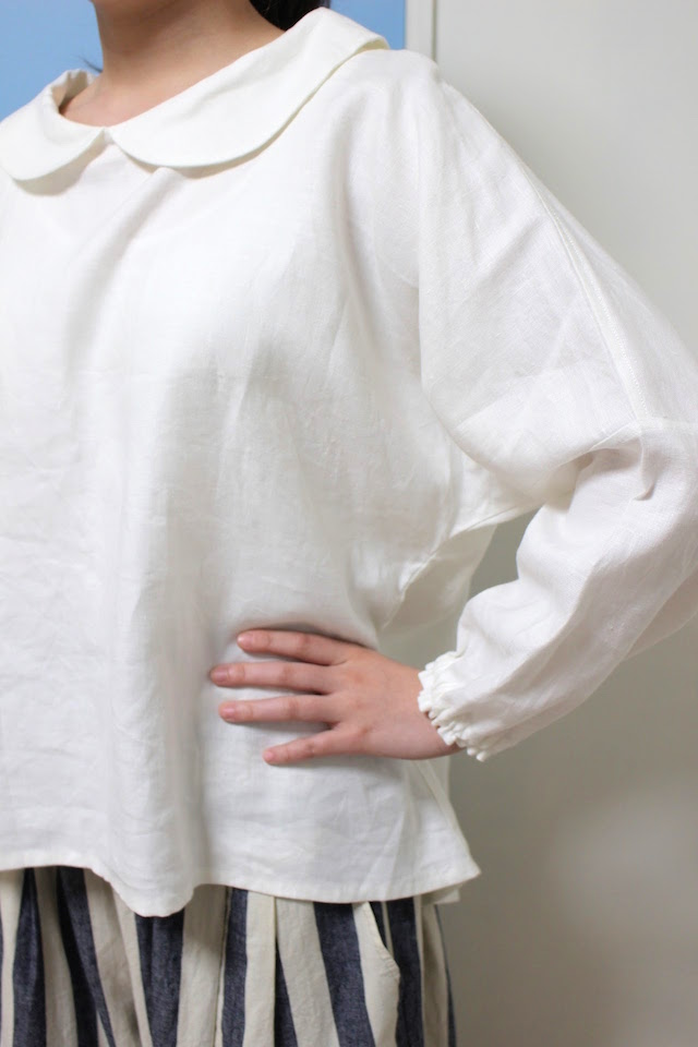 ホワイトリネンの丸えりブラウス。かわいいブラウスお探しの40代の方へ。