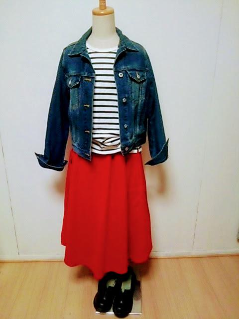 真っ赤なフレアスカートでワンツーコーデ。