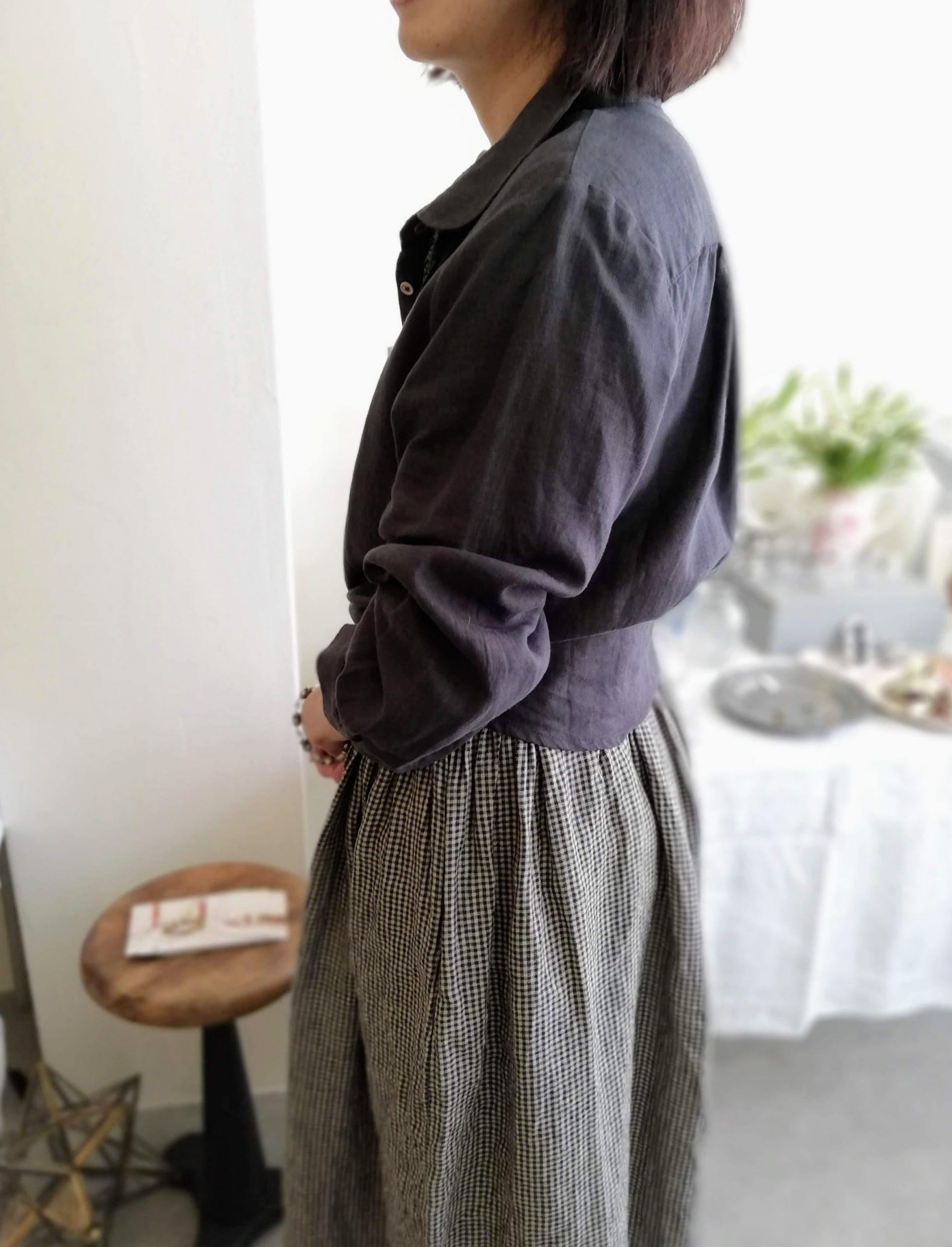 リネンワイドパンツの丈は? リネンブラウスは、こんな着こなしも。