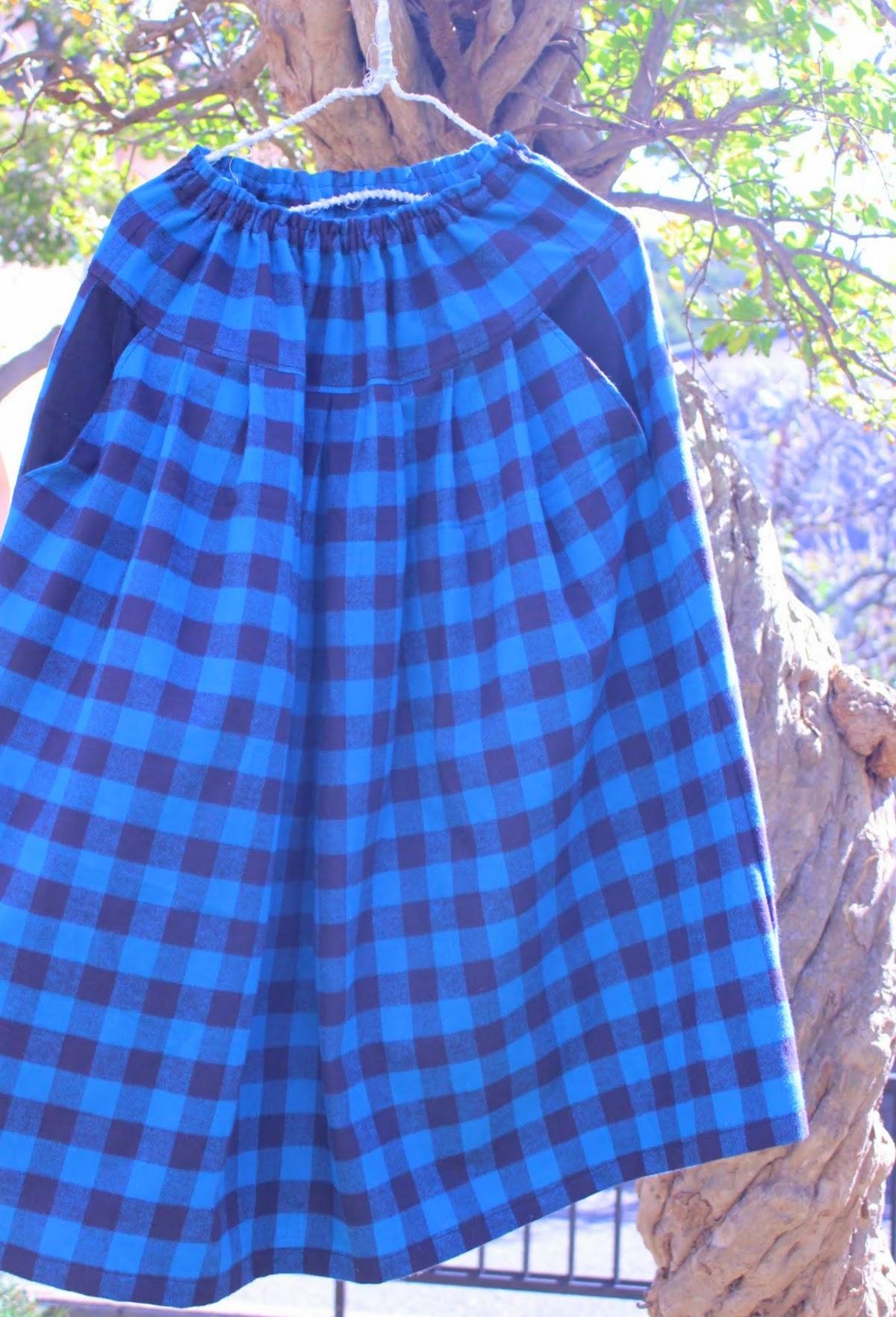 お持ちのシンプルなニットやブラウスに合わせるチェック柄のスカート