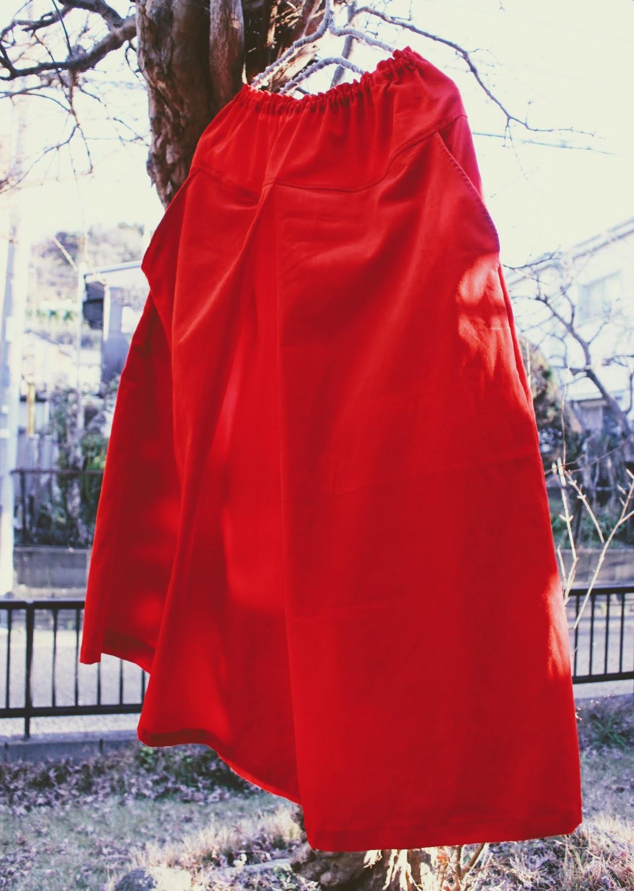 真っ赤なコーデュロイのスカートで華やかに。