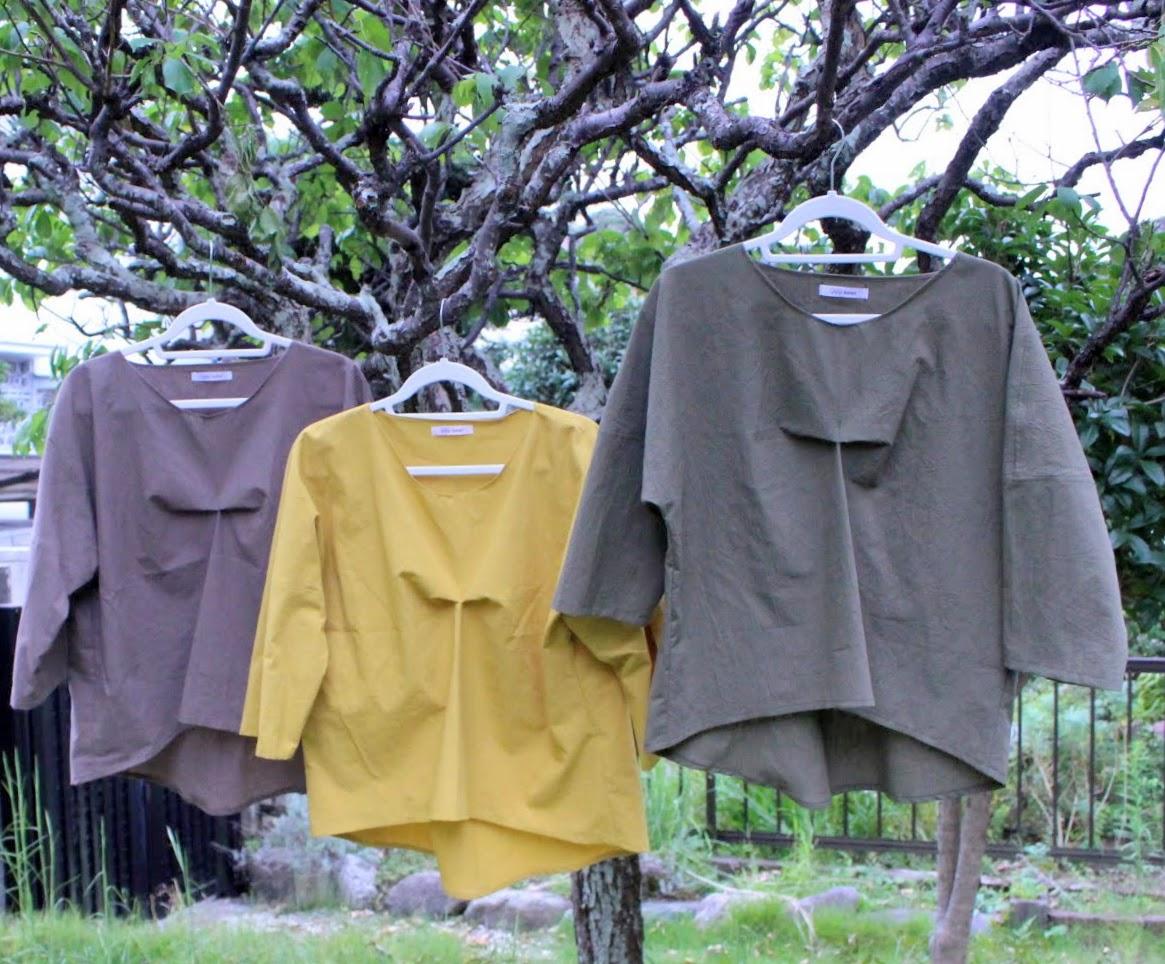 秋色のブラウスとプリント柄スカート
