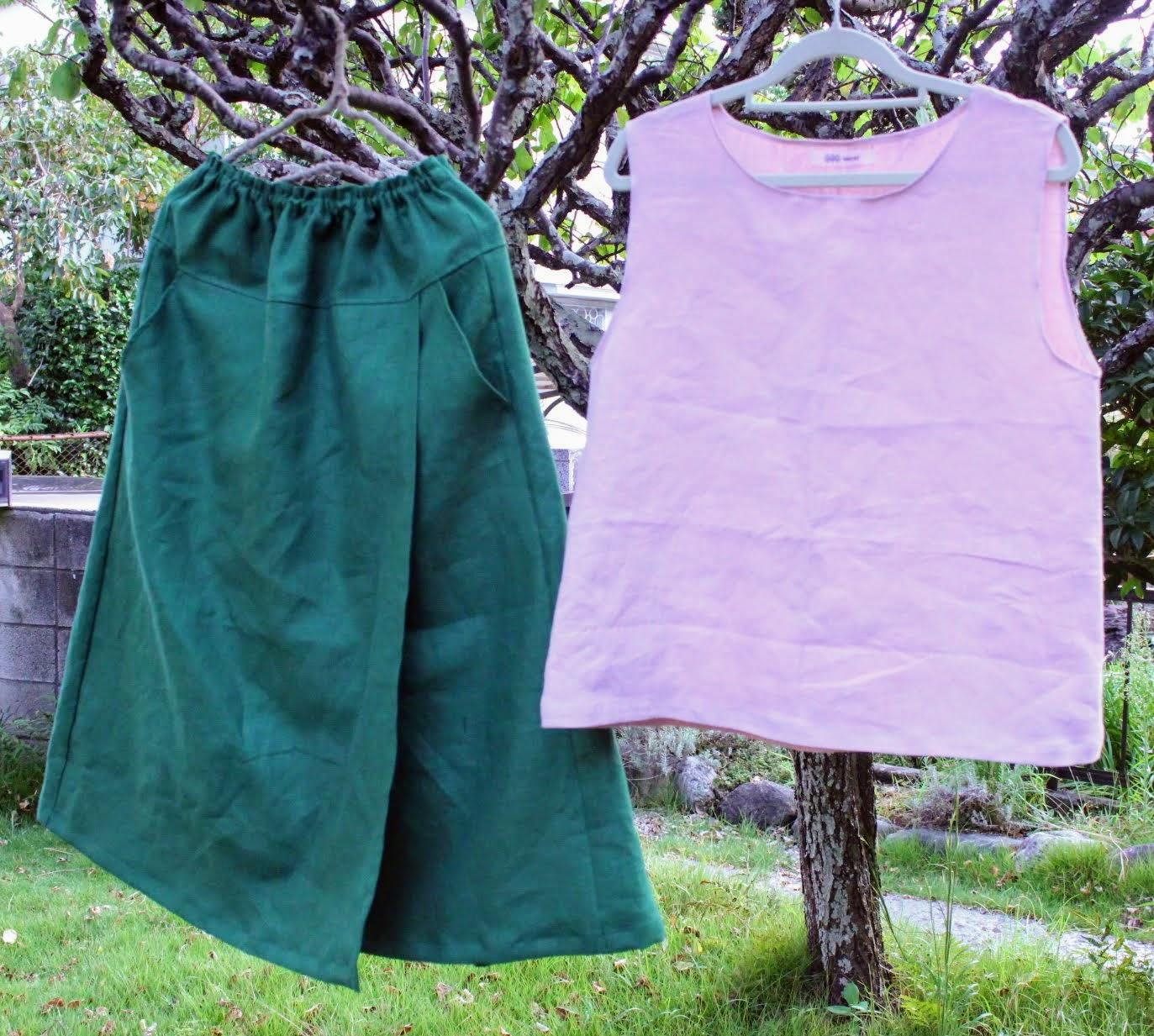 リネンラップスカートやタンクトップは体のラインを隠せてすっきり見えるデザインです。