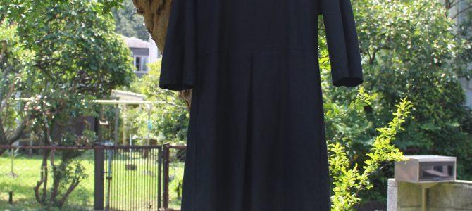 komofの客様はみんな持ってる黒のカラーリネンワンピース。普段にもフォーマルにも