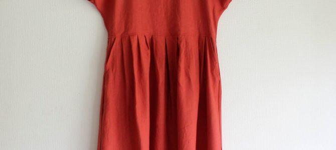 秋色のフレンチリネンのワンピースは、今の時期から着られるデザインで。