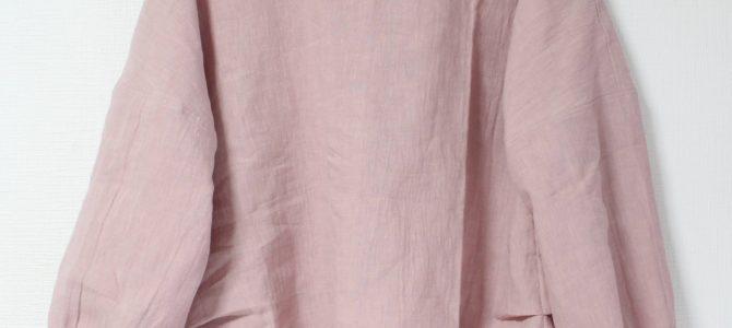 くすみピンクのリネンブラウスは大人の優しい印象に