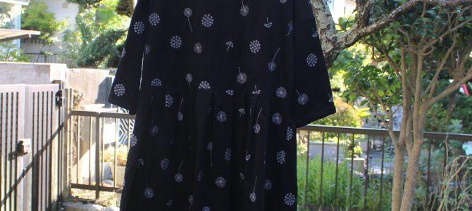 コーデュロイ黒刺繍のワンピースも素敵です。