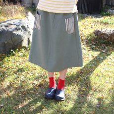 ヴィンテージ加工の生地カーキでシンプルなAラインスカート